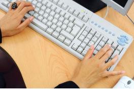 Mujer trabajadora e Informática en milbits